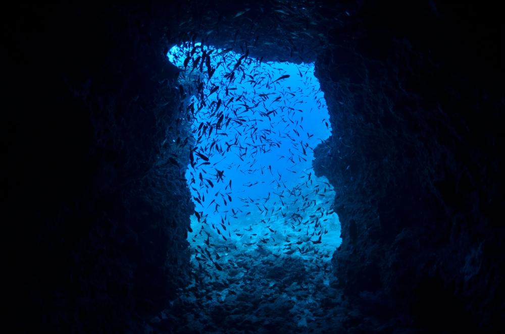 水中洞窟の青い光