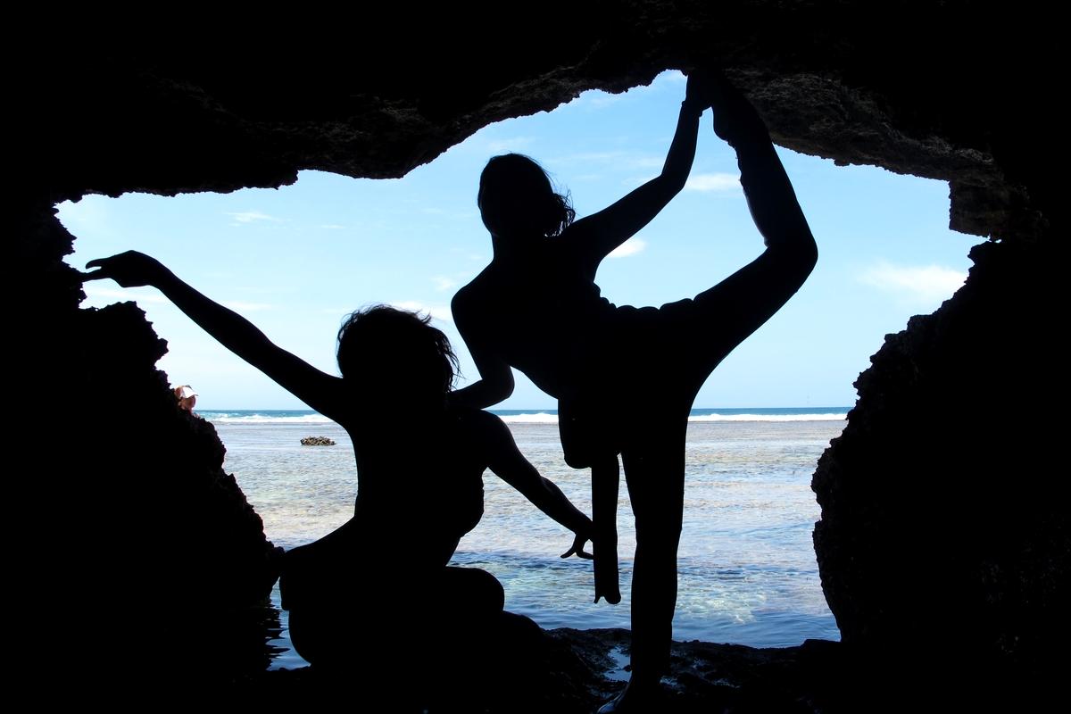 真栄田岬の通称「裏真栄田」の洞窟