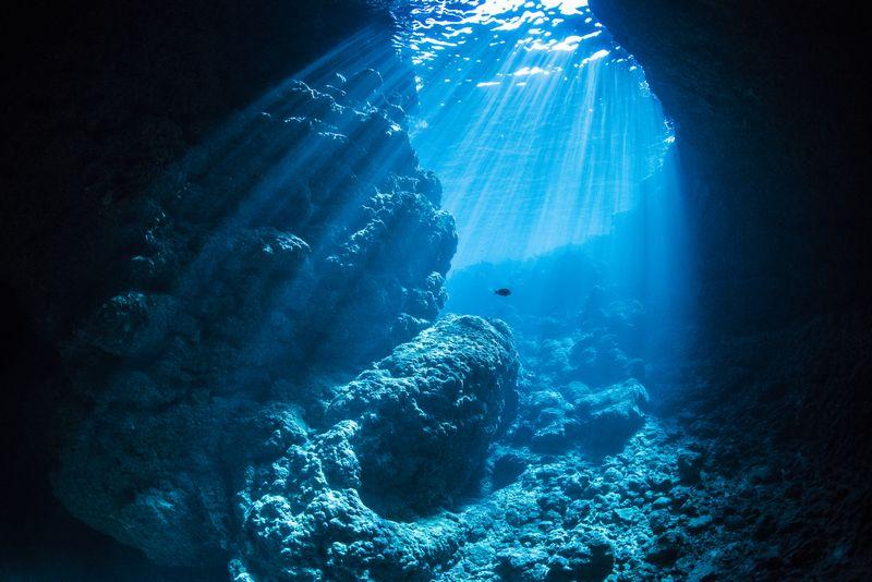 青の洞窟に降り注ぐ神秘の光