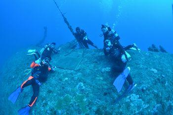 沈没船エモンズ メモリアルプレートと記念撮影