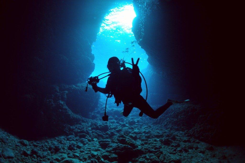 神秘的な青の洞窟とダイバー
