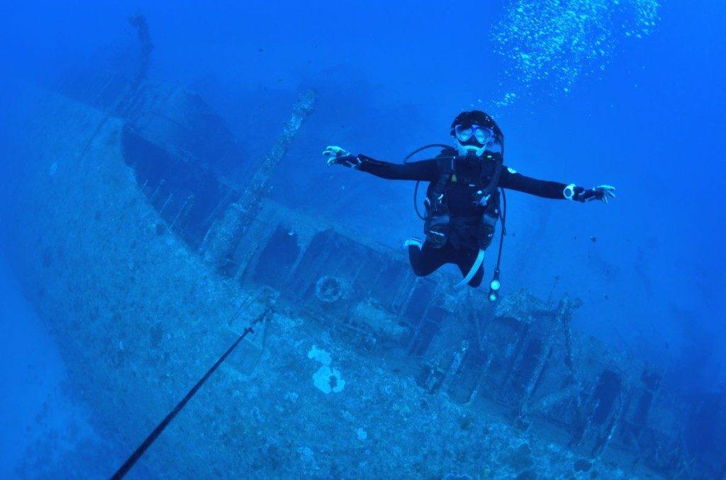 エモンズの沈没船と女性ダイバー