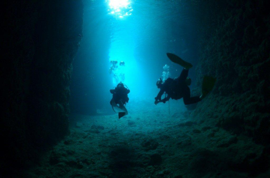 青の洞窟とダイバーの後ろ姿