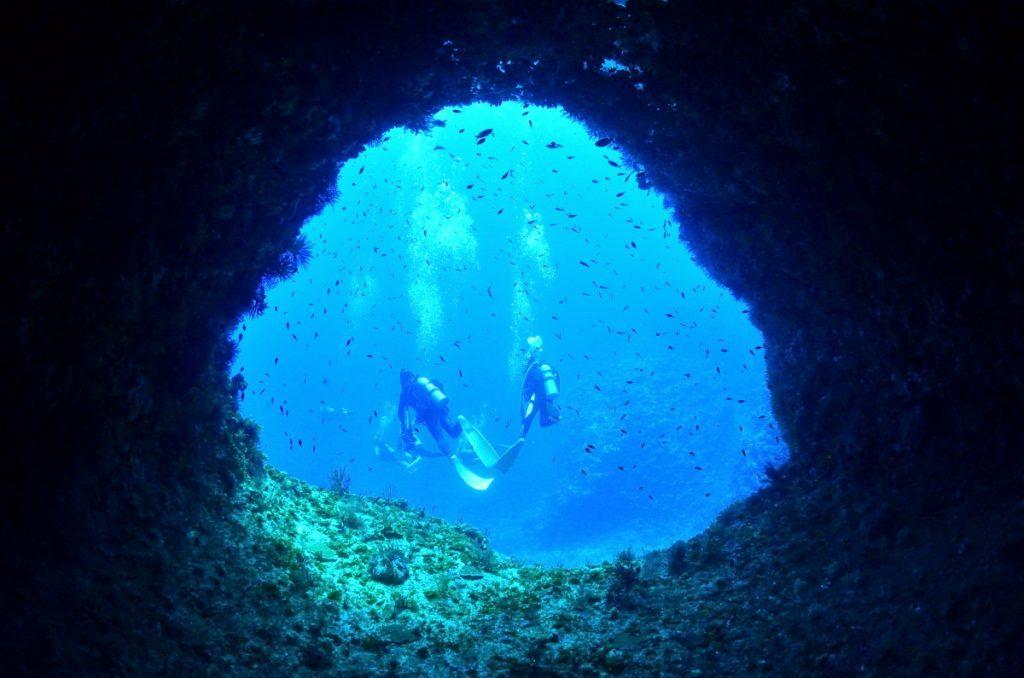 伊江島の水中トンネル