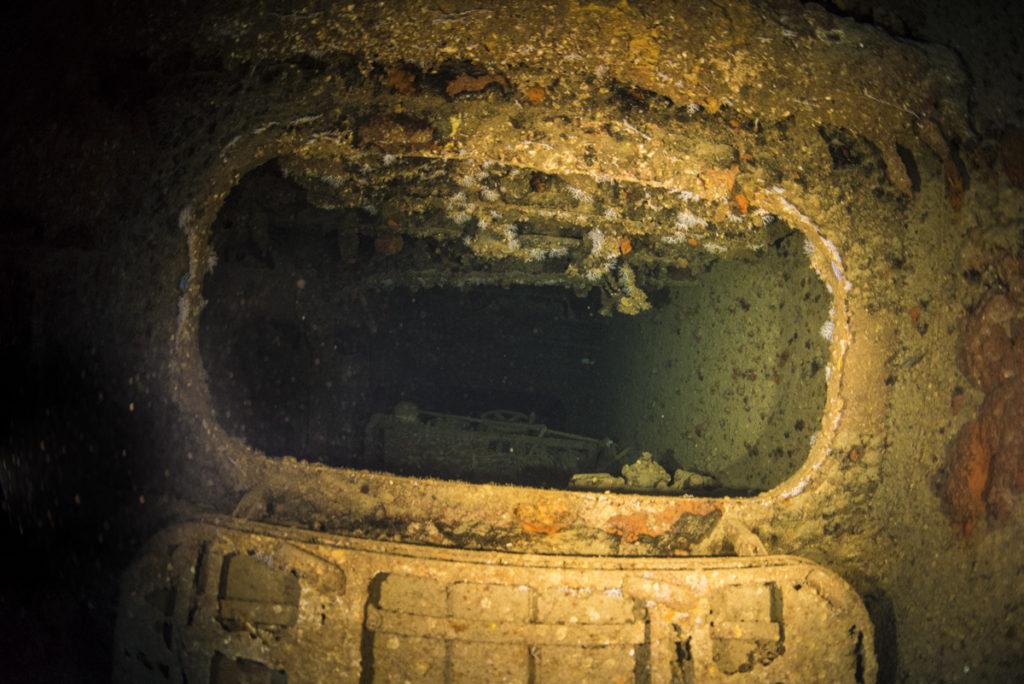 エモンズ (USS EMMONS) 沈没船・内部への扉