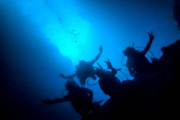 沖縄の青い海で、初めてのダイビングライセンス取得!