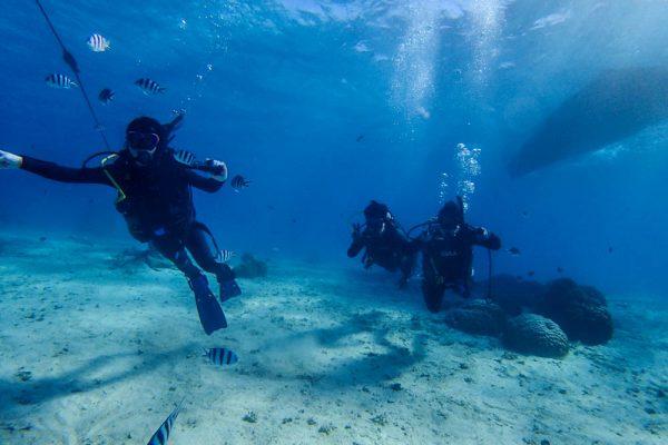 恩納村の青い海で3人のダイバーが誕生しました!