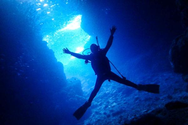 ダイビングライセンス 青の洞窟 へご案内