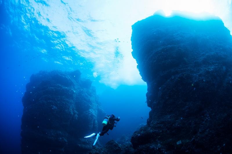 二神岩とダイバー