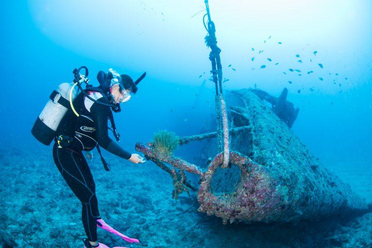 沈没船の全景と人物 沖縄沈没船・エモンズ