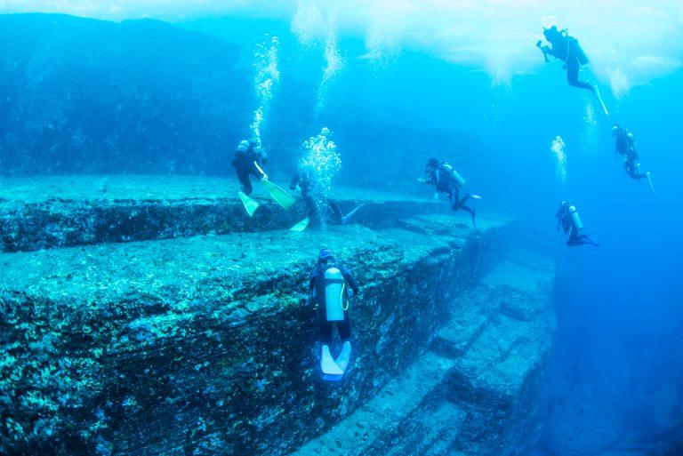 与那国海底遺跡のメインテラスとダイバー達