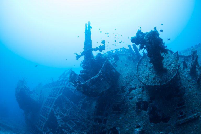 副砲と機関銃の台座 沖縄沈没船・エモンズ