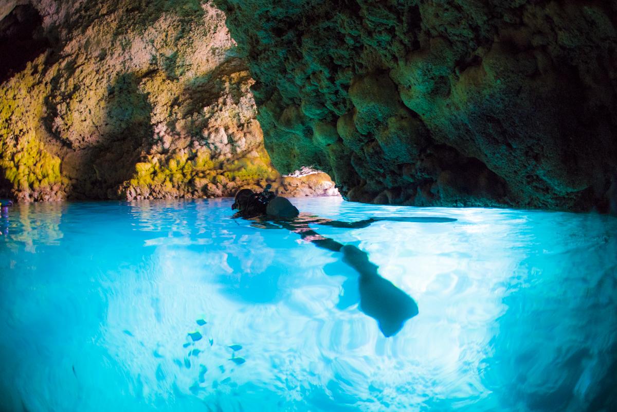 沖縄ダイビングスポット 人気NO1の「青の洞窟」