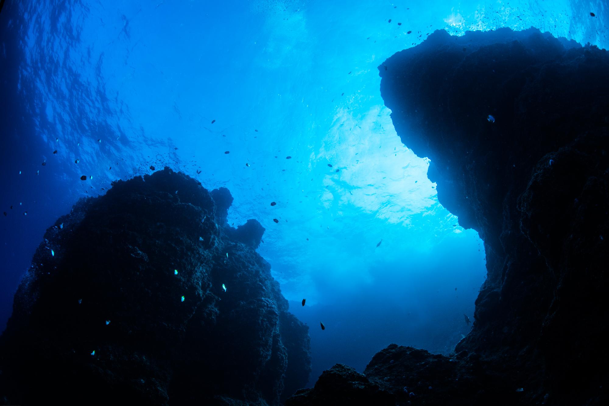 下から見上げる二神岩
