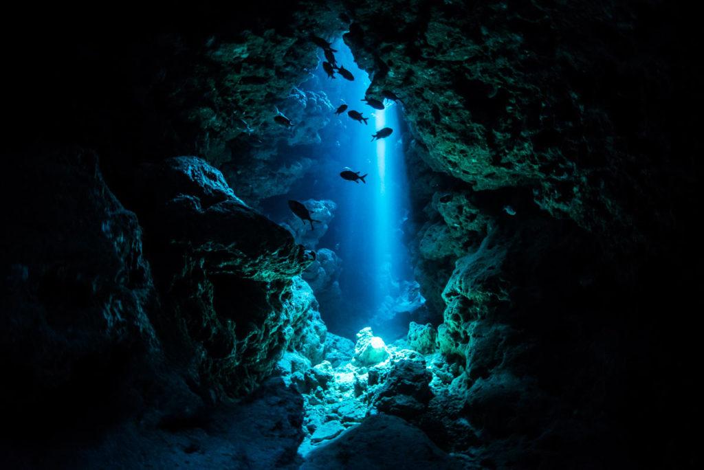 瀬底島ダイビング・幻想的な光の迷宮
