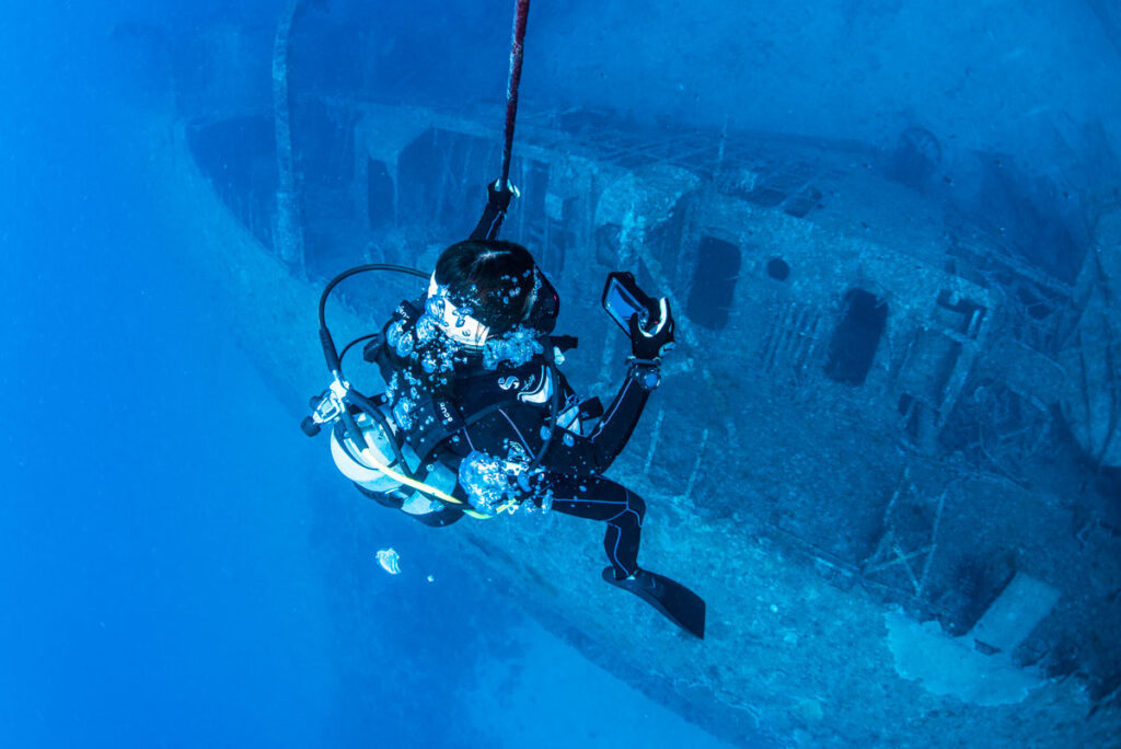 沈没船を撮影するダイバー